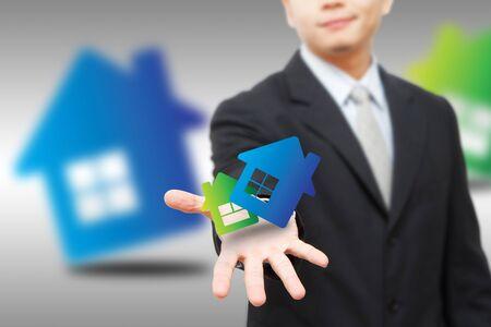Homme d'affaires d�tiennent l'ic�ne de maison Banque d'images