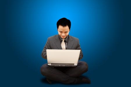 Sorriso Uomo d'affari in attesa computer notebook Archivio Fotografico
