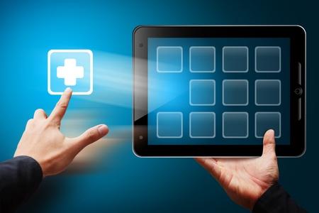 Smart-Hand berühren Sie den Erste-Hilfe-Symbol aus Tablet-PC Standard-Bild - 12425247
