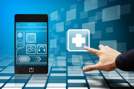 Main intelligente touchez l'ic�ne de premiers secours depuis un t�l�phone mobile
