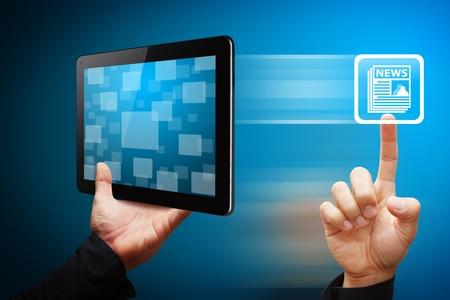 icone news: Toucher la main intelligente de l'ic�ne des nouvelles de Tablet PC Banque d'images