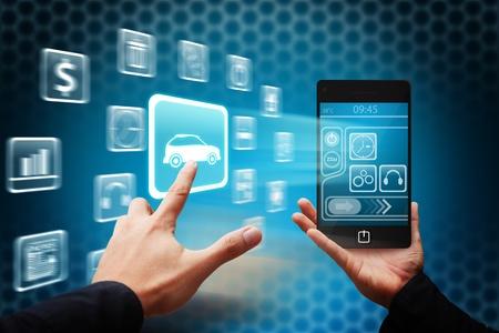 Toucher la main intelligente de l'ic�ne de voiture depuis un t�l�phone mobile Banque d'images
