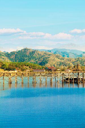 Hermosa vista en Sangklaburi Tailandia photo