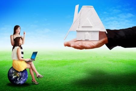 La mano de darle a la casa a la señora