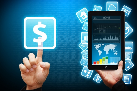 mano con dinero: Tacto de la mano inteligente en el icono de dinero desde el PC Tablet
