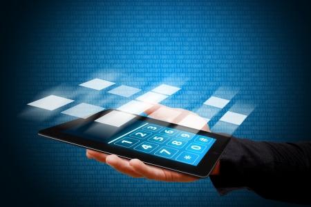 Smart-Hand zeigen die Tablet-Computer mit Nummer wählen Standard-Bild - 13629288