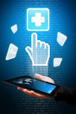 Digitale Hand weisen auf Erste-Hilfe-Symbol aus Tablet-Computer Standard-Bild - 13629277