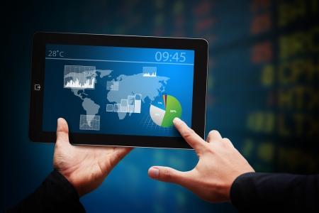 mano touch: Smart Touch mano sul touch pad e la relazione Graph Archivio Fotografico