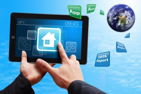 Smart-Handpresse auf Haus-Symbol auf Tablet PC Standard-Bild - 14009957