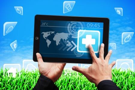 pharmacy icon: Smart-Touch Hand auf Erste-Hilfe-Symbol auf Tablet PC