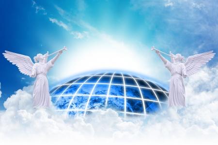 angel de la guarda: Angels cielo y fondo de la tierra Foto de archivo