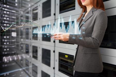 Programmierer und grafischen Bericht, um das System im Rechenzentrum Raum überwachen Standard-Bild - 15114901