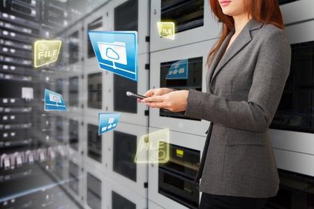 centro de computo: Programador en la sala de centro de datos y el sistema de archivo de datos