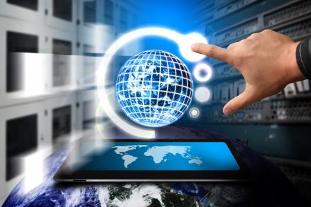 communicatie: Smart hand en mondiaal systeem in datacenter kamer Stockfoto