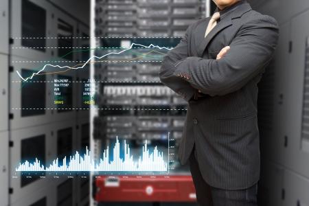 Veri merkezi salonunda sistemi izlemek için programcı ve grafik raporu Stock Photo