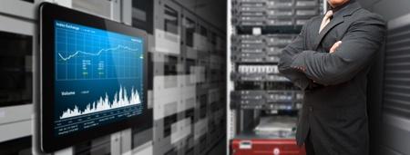 Dijital tablet veri merkezi odasında sistemi izlemek için programcı ve grafik raporu Stock Photo