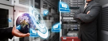 Programmer im Rechenzentrum Raum und halten Sie das Dateisystem aus der Welt Standard-Bild - 15115048