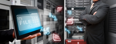 Programmer im Rechenzentrum Raum und Dateisystem auf Touch Pad Standard-Bild - 15115087