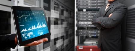 Programmierer und grafischen Bericht, um das System im Rechenzentrum Raum von digitalen Tablette überwachen Lizenzfreie Bilder - 15115088
