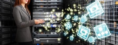 centro de computo: Programador con sistema de archivos de datos en la habitación del centro de datos