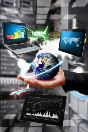 tecnologia: Mão inteligente de dados e relatórios sobre dispositivo digital Imagens