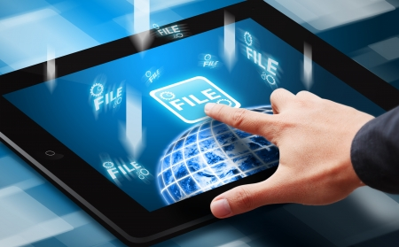 Tablet üzerindeki Dosya indirme butonuna Smart el basın Stock Photo
