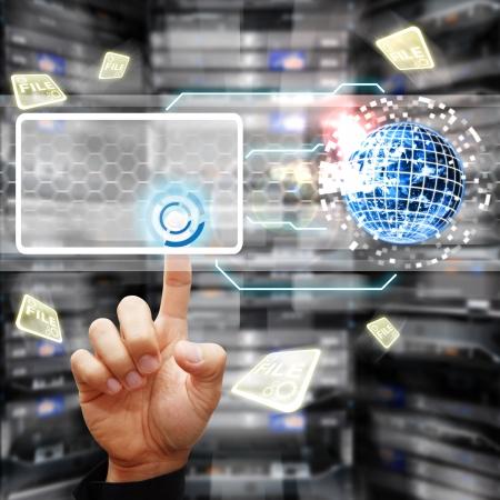 rechenzentrum: Smart Hand ber�hren Netzschalter, um das System im Rechenzentrum Raum steuern Lizenzfreie Bilder