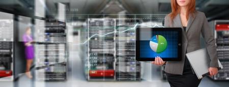 Veri merkezi salonunda monitör sistemi için programcı ve grafik