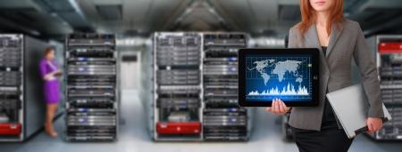 hardware: Programador y gr�fica para el sistema de monitor en sala de centro de datos Foto de archivo