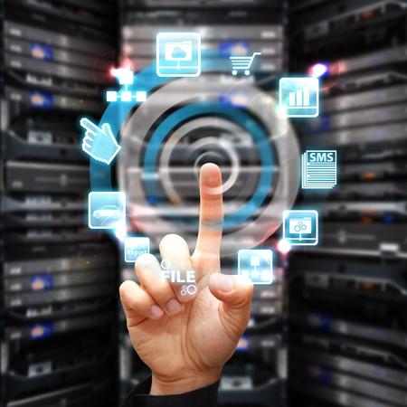 Hand druk op file-systeem in het datacenter ruimte