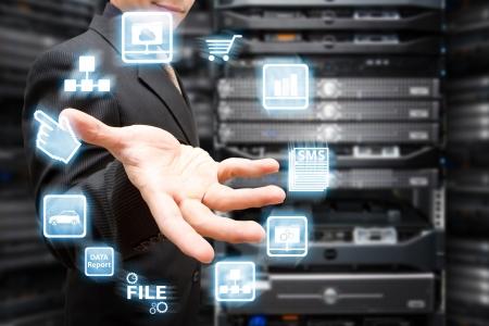 Programcı ve simge veri merkezi salonunda sistemi kontrol Stock Photo