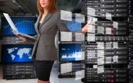 Programador de tomar el control del archivo digital en la sala de centro de datos Foto de archivo