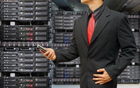 Veri merkezi salonunda Programcı