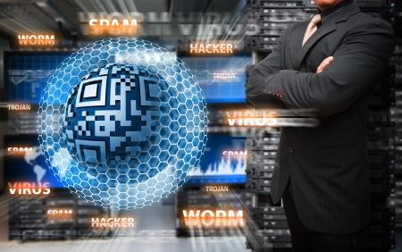 Virus infect� par programmeur dans la salle du centre de donn�es Banque d'images