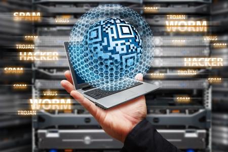 alarme securite: Ordinateur portable dans la salle de centre de donn�es avec protection contre les virus Banque d'images