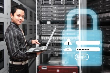 Veri merkezi salonunda Programcı ve giriş kullanıcı passsword Stock Photo