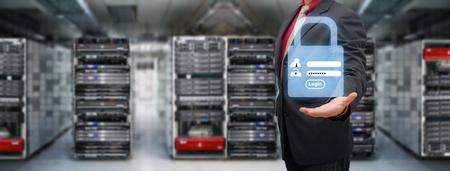 centro de computo: Programador en la sala de centro de datos y pantalla de conexión activa para la seguridad