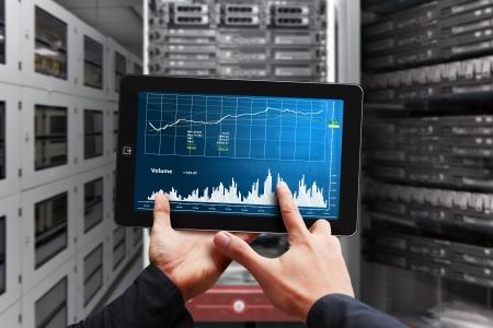 Système de surveillance du programmeur dans la salle du centre de données Banque d'images - 17518357