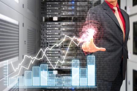 monitoreo: Prensa de mano inteligente en el informe de gráfico en la habitación del centro de datos Foto de archivo