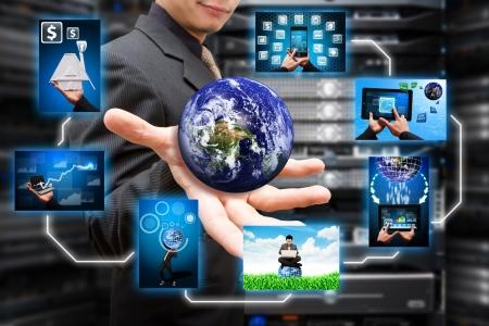 monitoreo: Programador en la sala de centro de datos y el icono de ventana