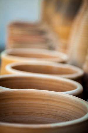 ollas de barro: La fila de macetas de barro cocido