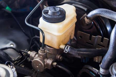 Bremsflüssigkeitsbehälter und Hauptbremszylinder Standard-Bild
