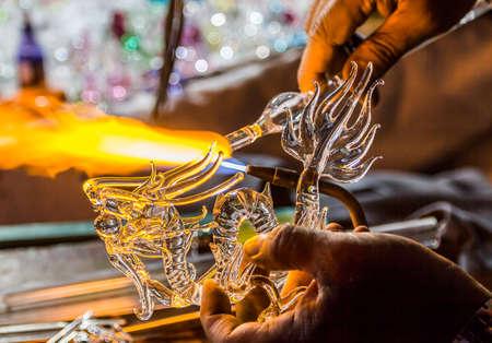 吹きガラスの龍の形から手工芸品
