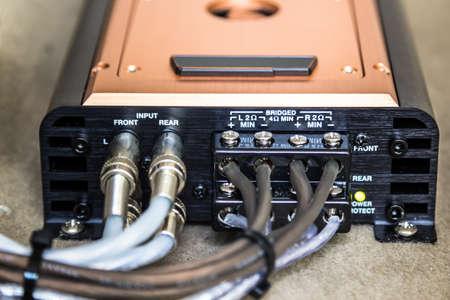 4-Kanal-Verstärker in seiner unter dem Sitz installiert