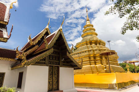 si: Golden stupa in Wat Phra That Si Jom Thong