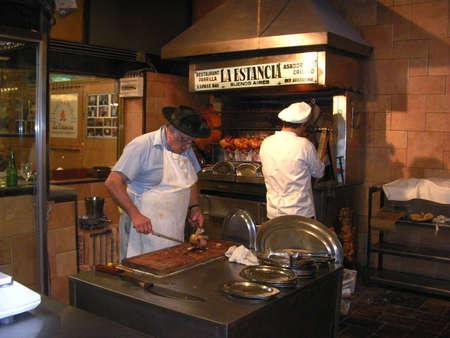 carnes: Buenos Aires, Argentina - el 10 de octubre de 2010: Chefs preparan carnes en un restaurante t�pico de barbacoa de Argentina en la ciudad de Buenos Aires, Argentina, Sudam�rica.