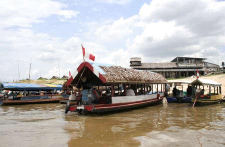 río amazonas: Iquitos, Perú - 20 de octubre de 2010: Barcos alinean a orillas del río Amazonas, en espera de los pasajeros en el puerto de Iquitos, Perú, América del Sur