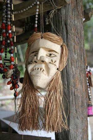 río amazonas: Artesanías en un mercado local en la cuenca del río Amazonas cerca de Iquitos, Perú, América del Sur Editorial