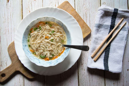 Top view of Thai noodle soup in a bowl on a wooden platter Banque d'images