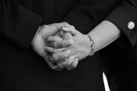 pareja de esposos: Pareja casada Holding Hands  Foto de archivo